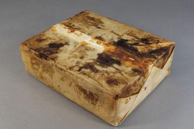 La torta dentro il suo involucro (Foto dell'Antarctic Heritage Trust)