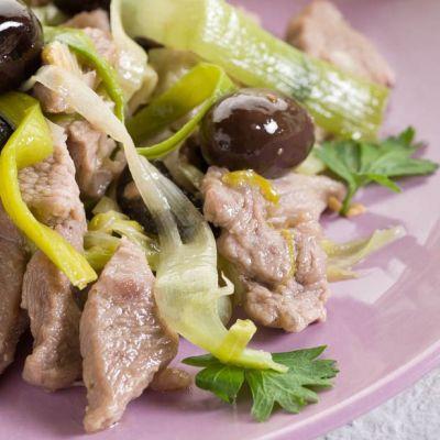 Straccetti di vitello ai cipollotti e olive