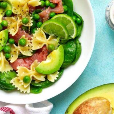 Insalata di pasta al salmone e avocado