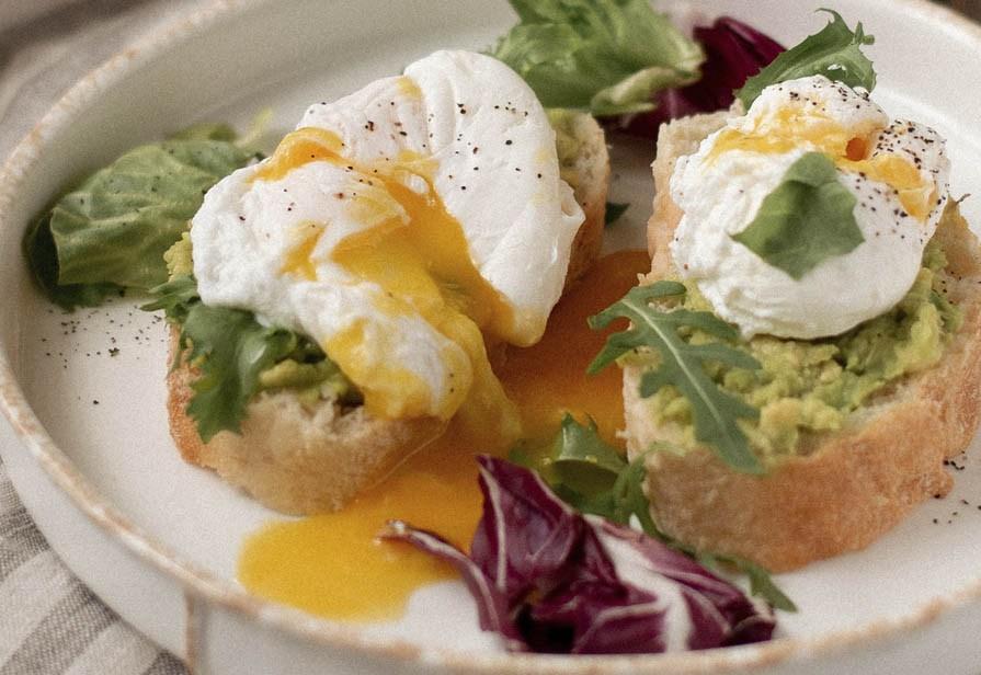 Toast all'uovo e avocado piccante