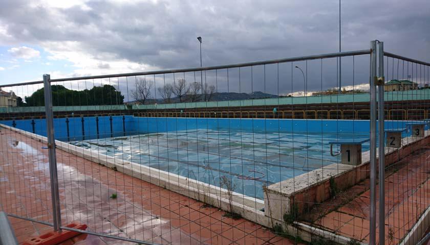 la vasca scoperta delle piscina comunale transennata