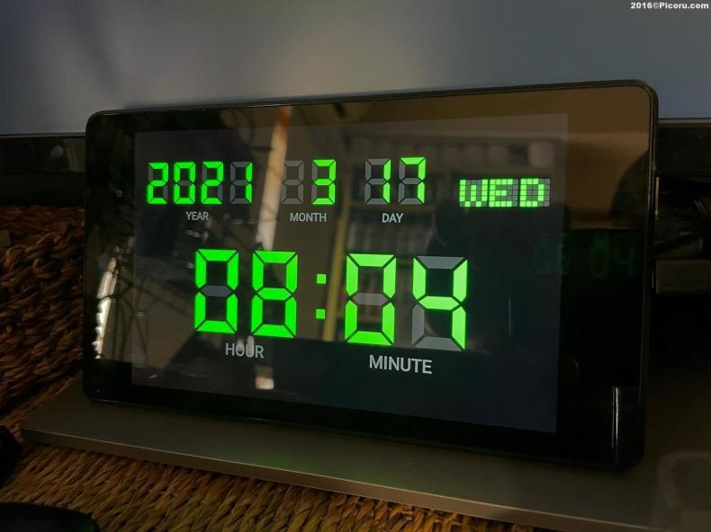 これは昨日パソコンのモニター前に設置した時計?では無くてNexus7です。もう古いタブレットなので動作が遅いし使い物にならないけど一応動くのでなんかに使えないかと思って時計として使う事にしました。結果なかなか良い^_^