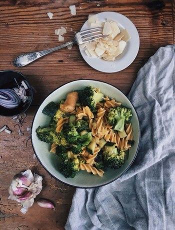 Kruidige kikkererwtenpasta met courgette, broccoli en worstjes. Snel klaar en boordevol gezonde eiwitten!
