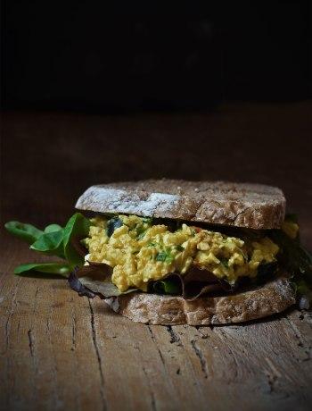 Een gezonde, smeuïge eiersalade waarvan je schaamteloos een dikke laag op je boterham mag smeren.