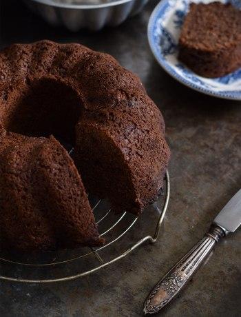 Een heerlijk smeuïge, suikervrije chocoladecake zonder boter of eieren.