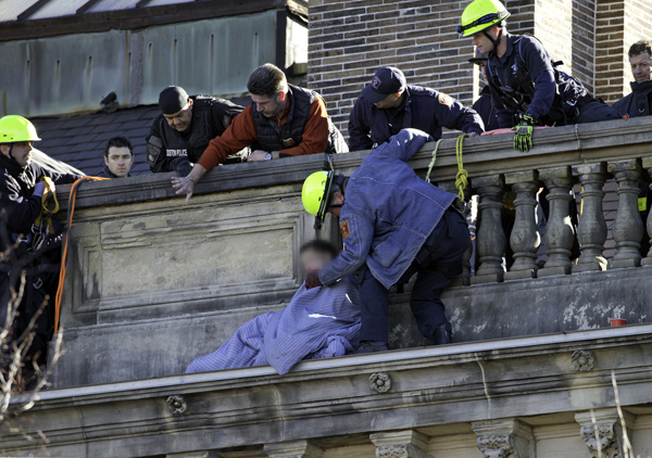 November 23, 2016-Boston,MA. Boston Police, Fire, and EMS personnel work to make comfortable, and then to eventually rescue, this distraught man threatening to jump from a ledge at the MIT Frat house at Commonwealth Ave., and Hereford St., Wednesday afternoon. Staff photo by Mark Garfinkel