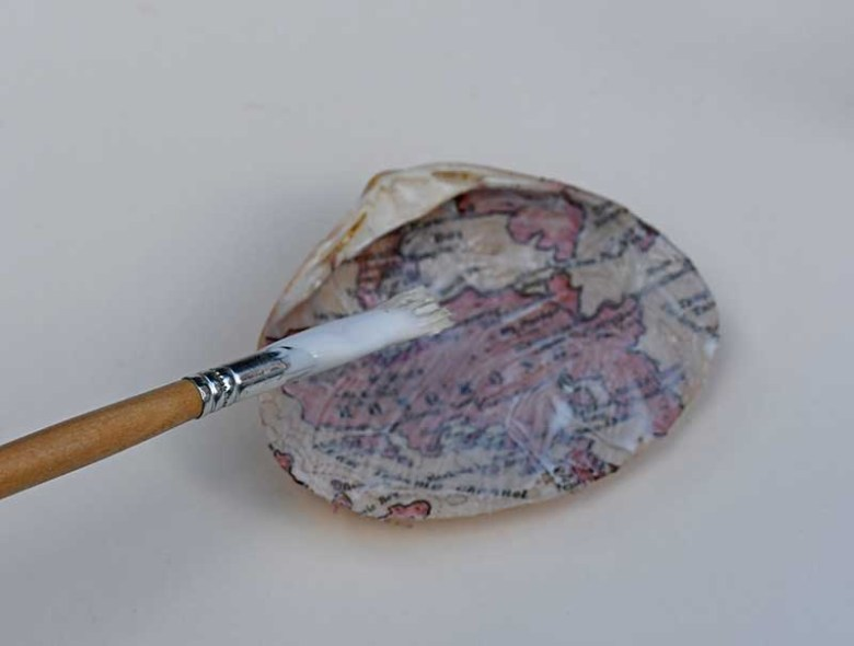 Varnishing map seashell gift.