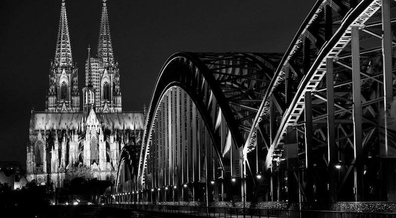 Kölner Dom mit Hohenzollernbrücke © picturetom