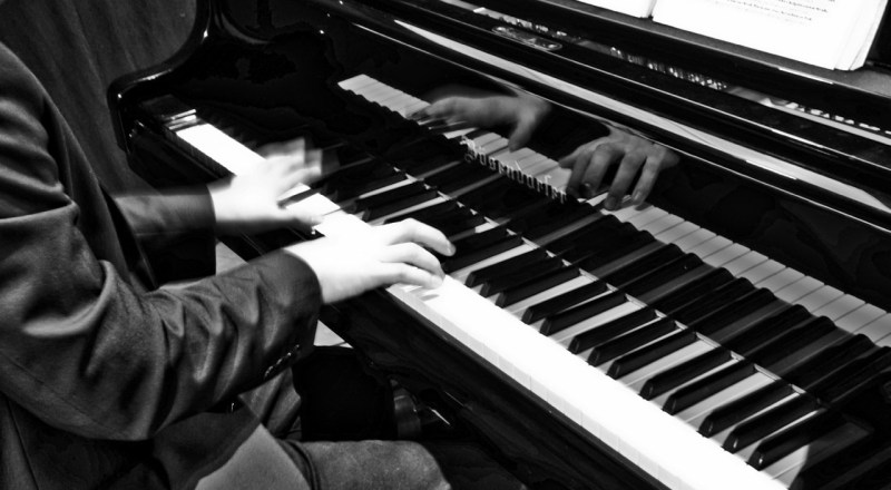 pianist playing piano ©picturetom