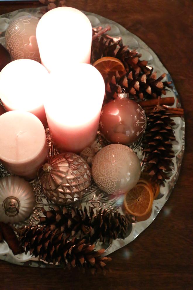 Adventskranz auf Tablett mit Weihnachtskugeln