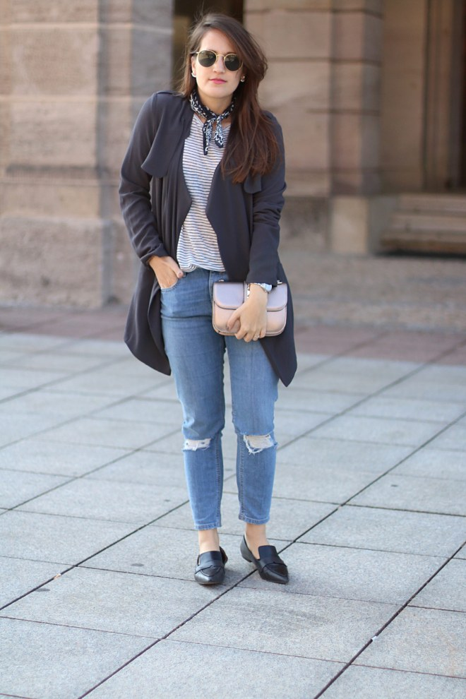 Frühlingsoutfits - Streifenshirt, Trenchcoat und hellblaue Mom Jeans, Fashionblog Nürnberg