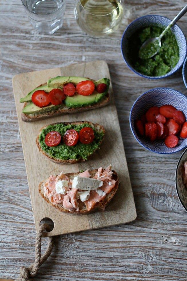 Crostinis mit Avocado, Erdbeeren, Pesto, Tomaten, Lachs und Fetakäse