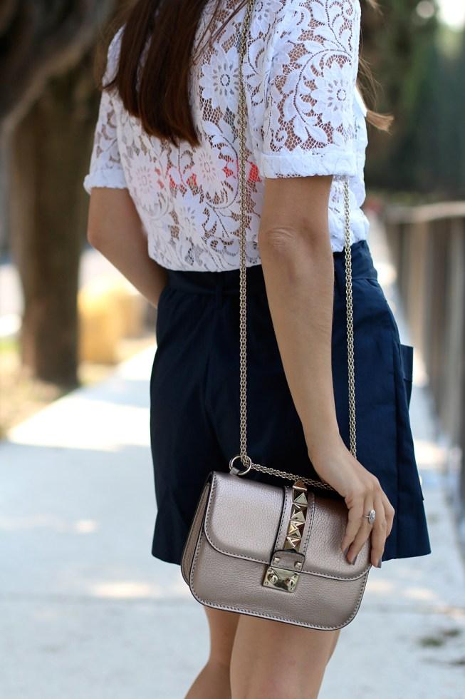 Sommerlook mit Spitzenbluse, blauem Hosenrock und Strohhut