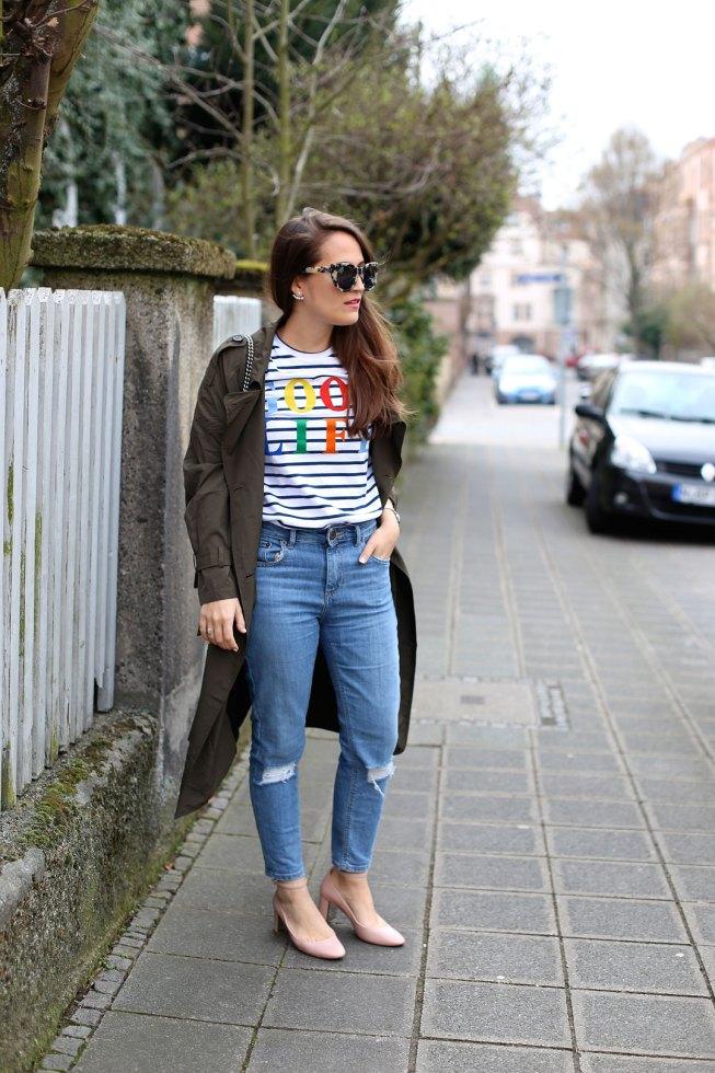 Khaki Trenchcoat, Mom-Jeans und Streifenshirt von Etre Cecile