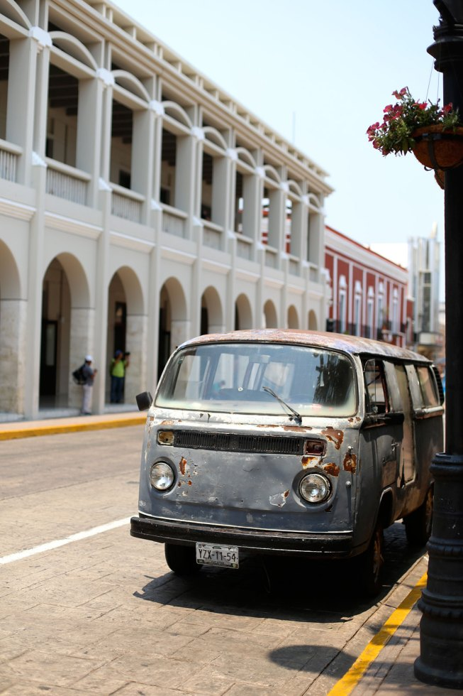 Colorful building and VW bus Merida - Pieces of Mariposa