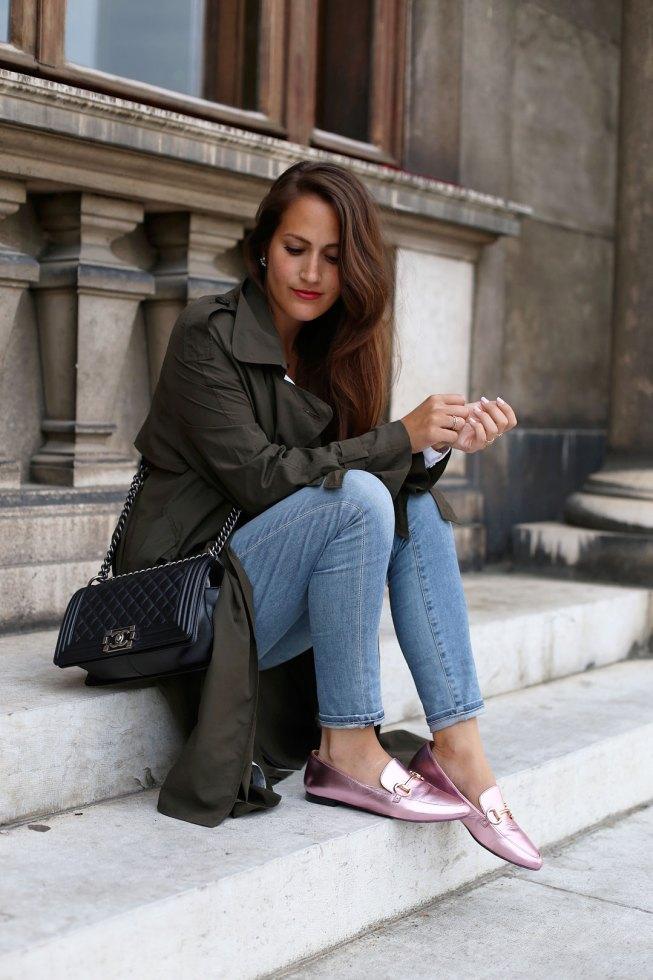 Rosa Metallic Loafer, khaki Trenchcoat und Chanel Boy Bag