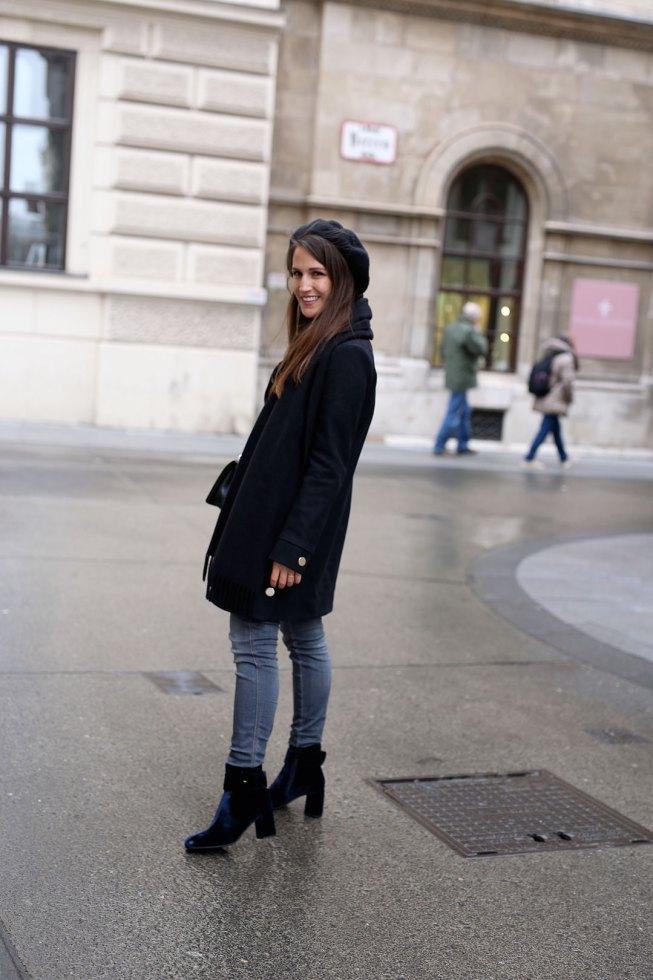 Winterlook mit Blauen Samt Ankle Boots und Baskenmütze