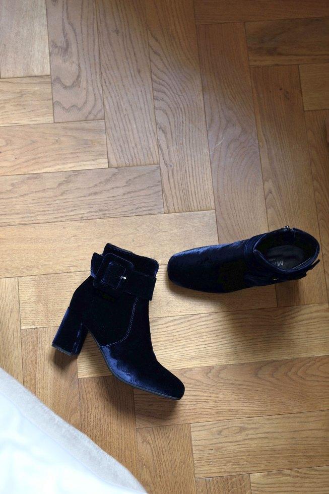 Blaue Samt Ankle Boots und Baskenmütze
