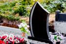 Kapu piemineklis no melna granīta