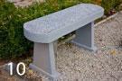 Большая бетонная скамейка с крошкой