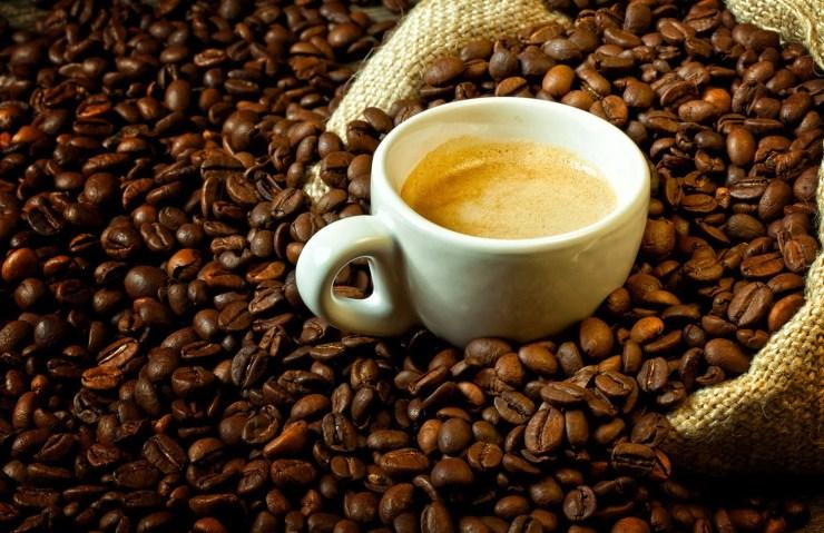 Bicchiere d'acqua con caffè