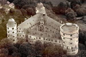 Il castello di Wewelsburg, sede dell'Ordine SS, la cui pianta a forma di vettore orientata verso il Nord affascinò Himmler. Il piano costruttivo degli edifici adiacenti doveva seguire la forma della Lancia di Longino.