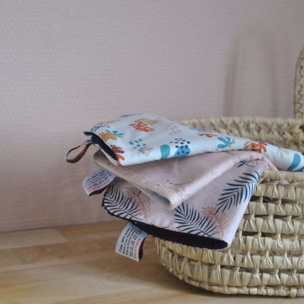 ambiance-cadeau-bebe-bavoirs-roses-motifs-exclusifs-carotteetcie