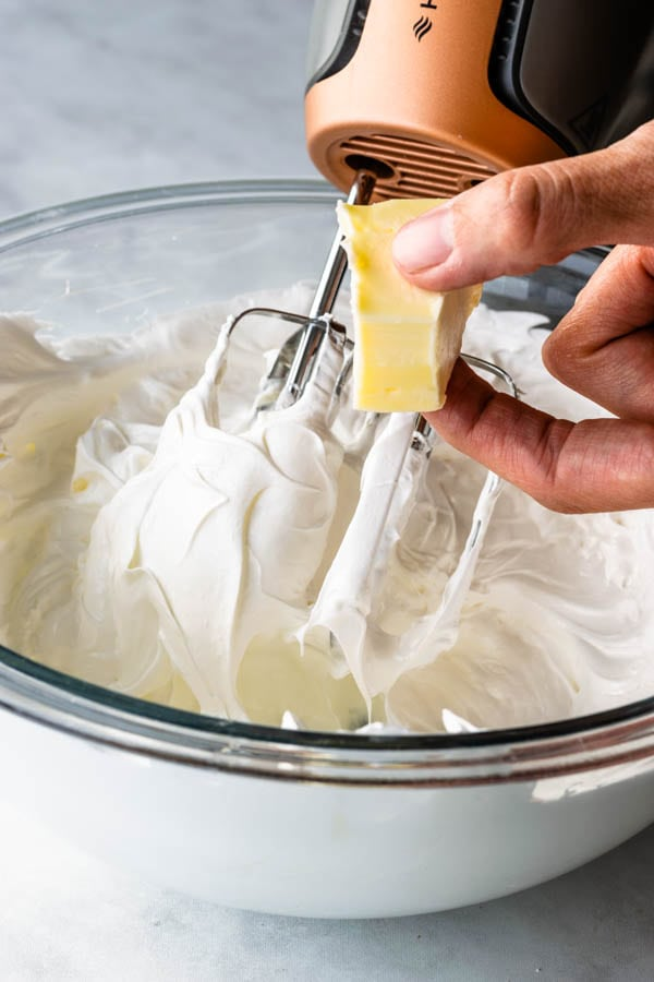 adding butter to swiss meringue