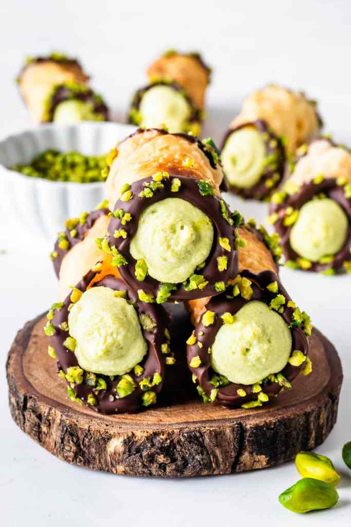 cannoli with pistachio filling