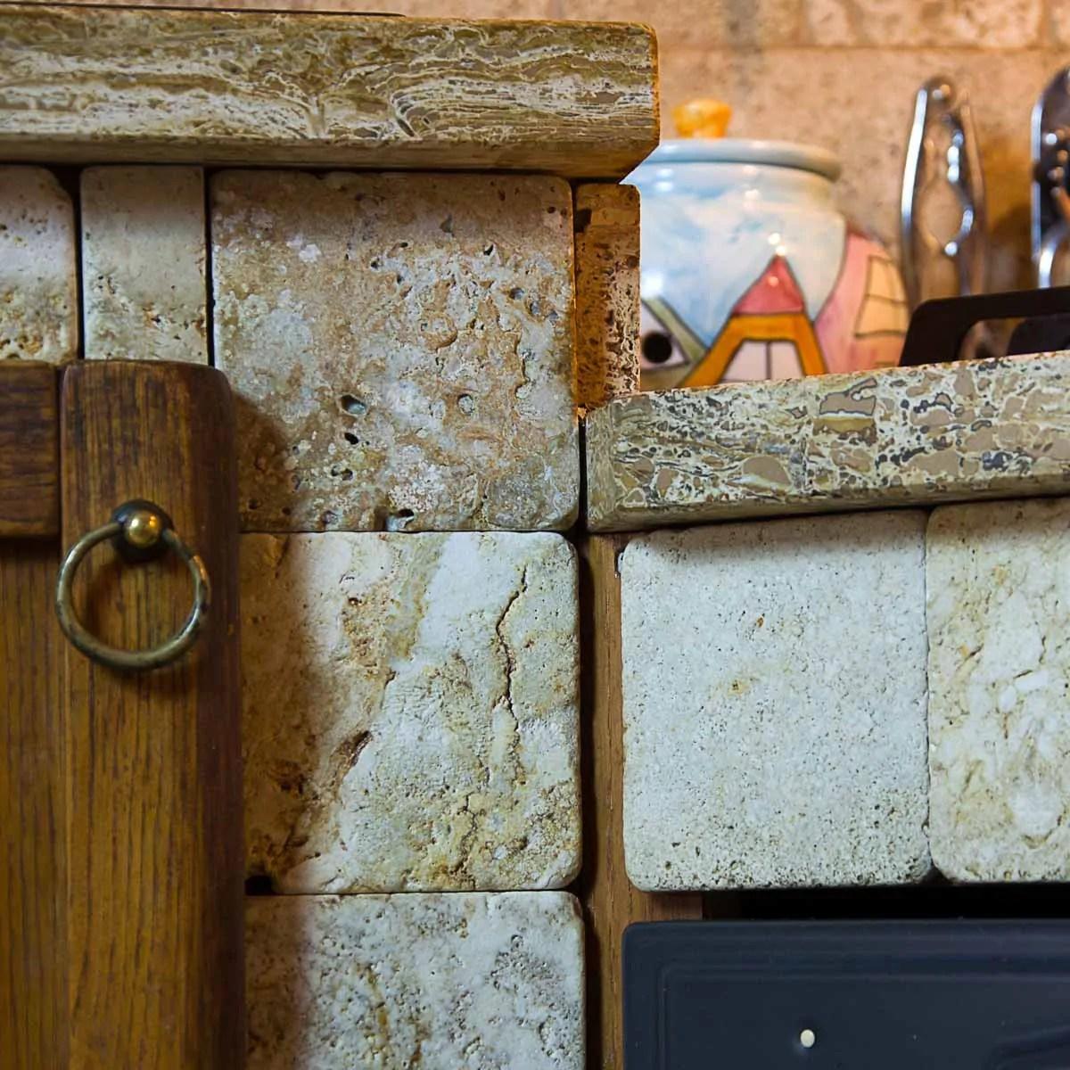Cucina in muratura rivestita in travertino  Pietre di