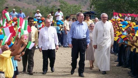 Foto 5 –Festos accoglienza nella scuola di Julcuy per Mons. Maggi, L'ambasciatore italiano e l'Arcivescovo di Portoviejo