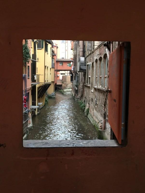 visitare bologna 36 ore finestrella via piella
