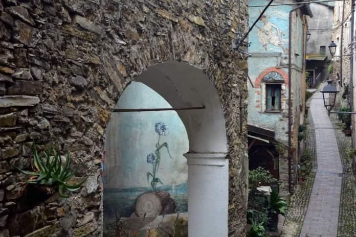 borghi liguria ponente murales badalucco