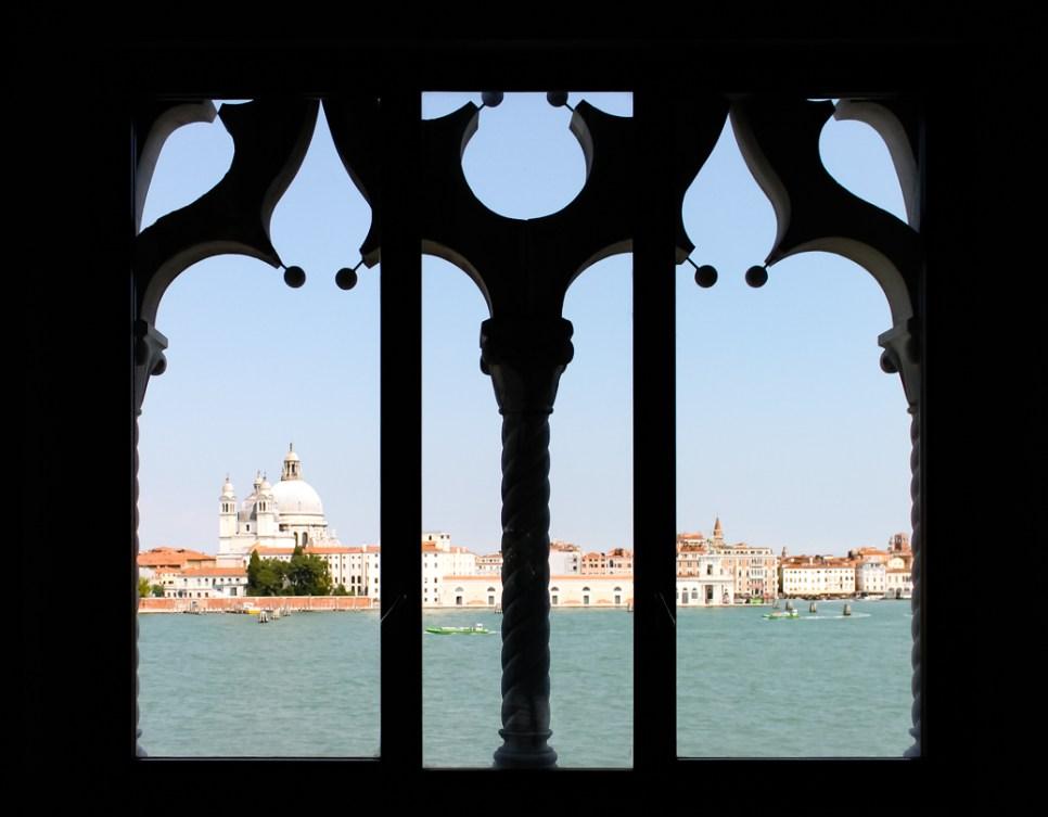 Il rosone gotico e la chiesa della Salute