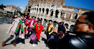 Tourists-pose-in-front-of-009