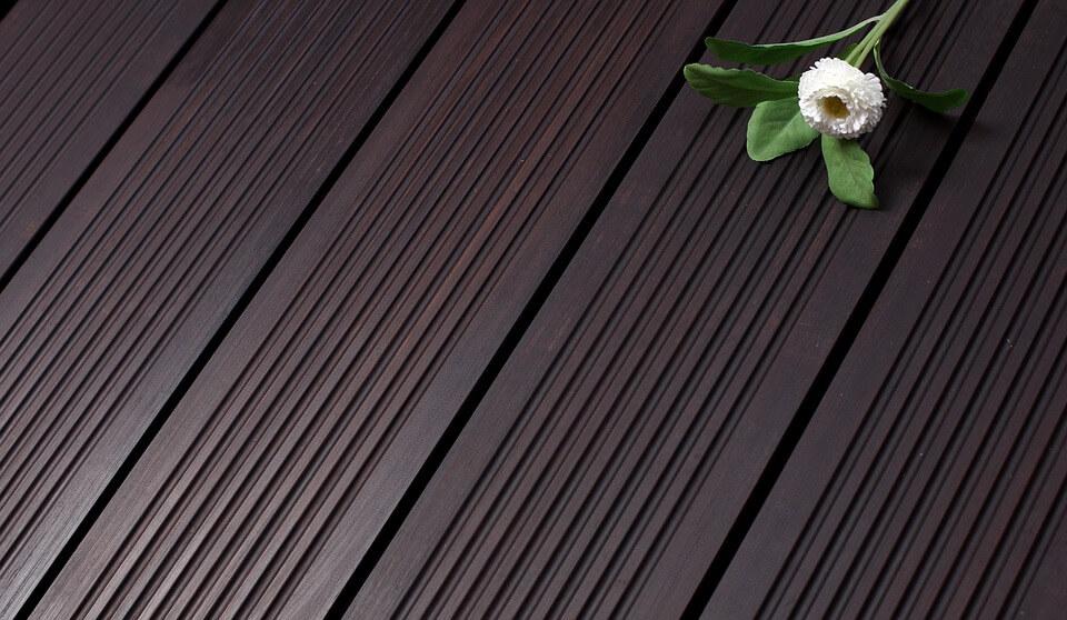 Terrassendielen sind langlebig und nachhaltig. Genießen Sie Ihre Terrasse mit einem Holzboden.