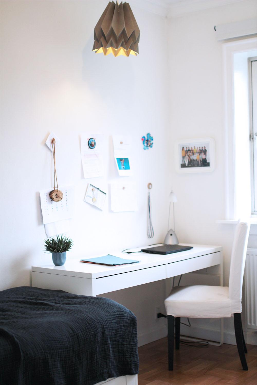 minimalistisk drengeværelse skrivebord