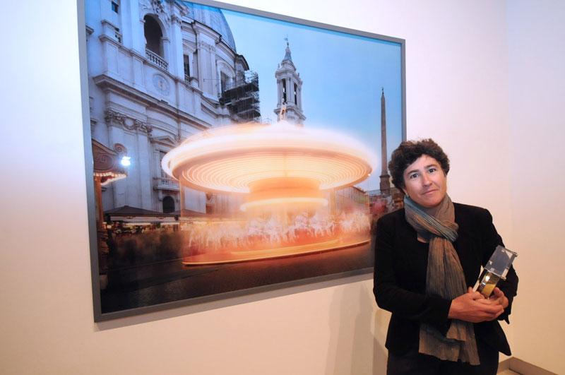 Raffaela Mariniello accanto a una sua opera