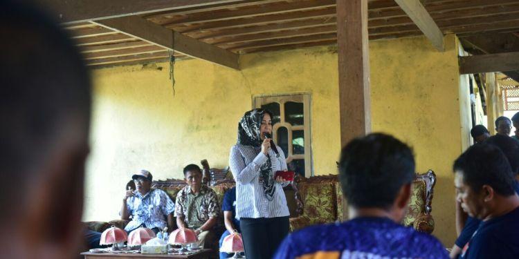 Calon Bupati Sidrap 2018-2023, Hj Fatmawati Rusdi di Kecamatan Pitu Riase disambut puluhan warga yang dikoordinir Tim SAR