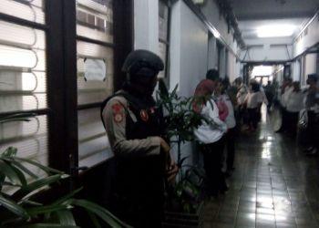 Suasana Polisi berjaga saat Balaikota Makassar digeledah Tim Tipikor Polda Sulsel, Rabu (3/1). --ist--