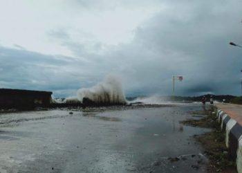 Gelombang tinggi di Perairan Mattirotasi, Kota Parepare yang menghantam tanggul.