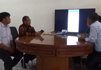 Rektor UMS Rappang, Dr H Jamaluddin Ahmad (pakai baju batik) didampingi Ahwan Ali, Dosen UMS Rappang saat memperlihatkan keunggulan aplikasi layanan publik pemdes kepada Agus Salim, Praktisi  Penyiaran asal Parepare. --foto alfiansyah anwar/ pijarnews--