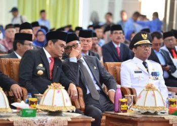 Gubernur Sulsel, Nurdin Abdullah berkomunikasi dengan Bupati Barru, Suardi Saleh. --foto humas--