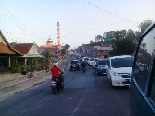 Suasana saat terjadi kemacetan arus lalulintas di sekitar Bili-bili, Kabupaten Pinrang, Sabtu (16/11).