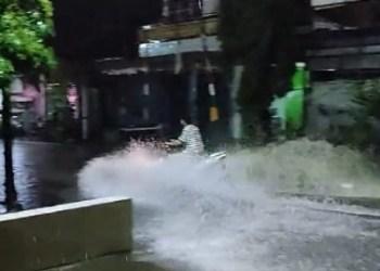 Hujan Deras Malam Hari, Jalan Raya di Pinrang Mendadak Jadi Sungai