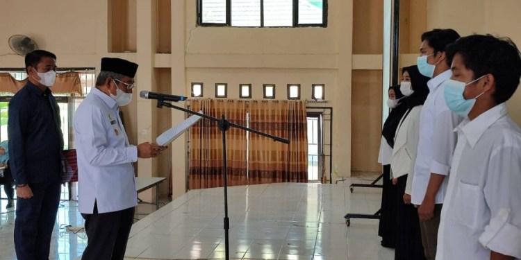 Gubernur Sulbar Ali Baal Masdar melantik Pengurus Ikatan Keluarga Mahasiswa Sulawesi Barat (IKMSB) Malang Periode 2021-2022, Rabu (28/7/2021) di Aula Asrama Haji Mamuju