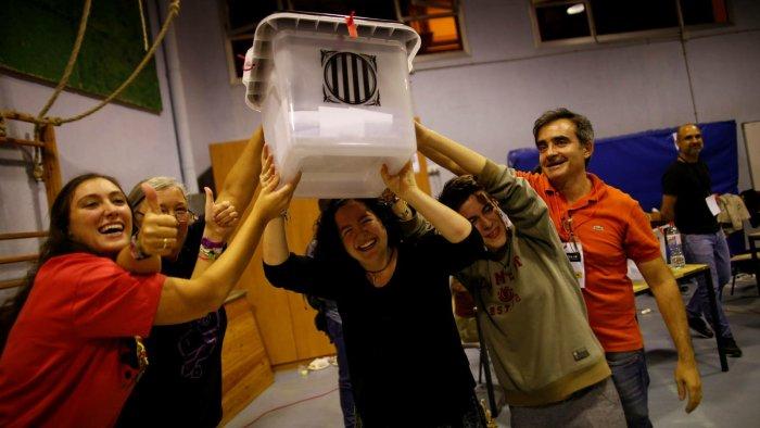 Ciudadanos sosteniendo una urna ilegal llena de votos el 1O en Cataluña