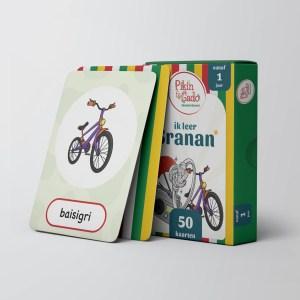 Doos met speelkaarten met een afbeelding van een fiets met daaronder de naam