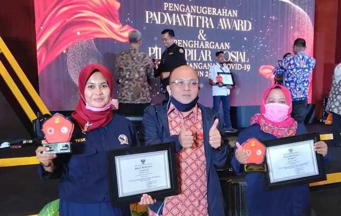 Tim TKSK Aceh usai menerima penghargaan juara ke III (tiga) terbaik tingkat nasional sebagai pilar-pilar kesejahteraan sosial tahun 2020. Prosesi penghargaan berlangsung di acara puncak malam penganugerahan penghargaan Padma Mitra Award di Hotel Grand Mercure Kemayoran, Jakarta 17 November 2020. (Foto/Ist)
