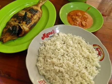 nasi santan dan ikan bakar makanan khas dari pulau selayar